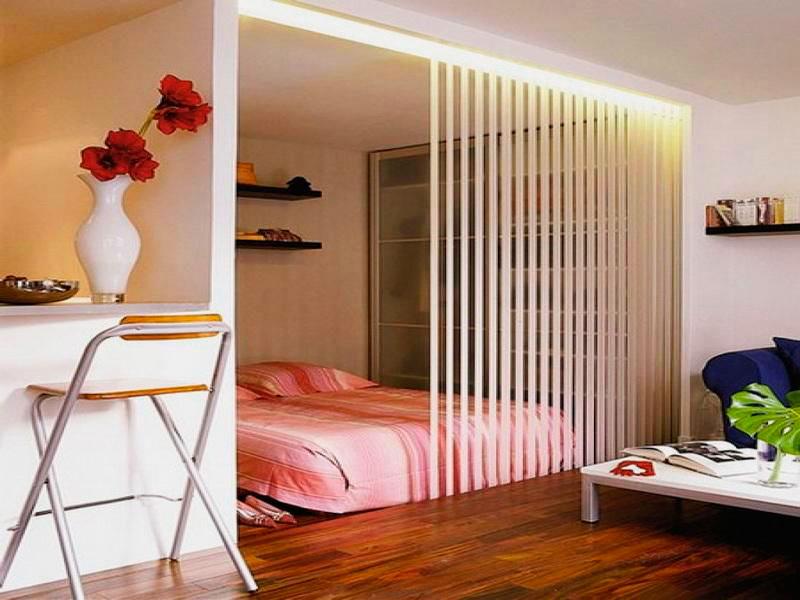 Фото интерьера с кроватью расположенной в нише