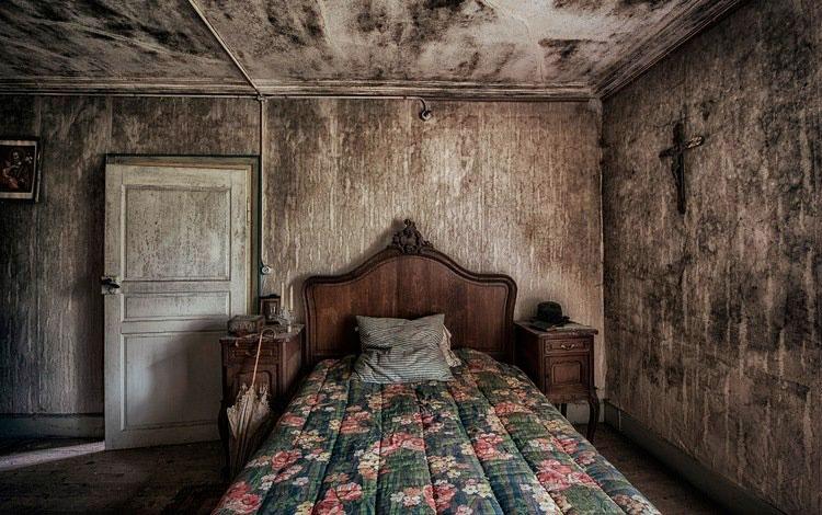 Кровать в спальной возле двери