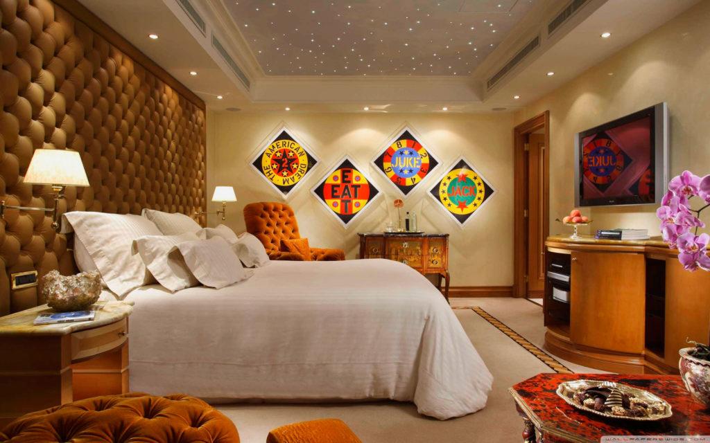Спальная с мягкой стеной у изголовья кровати