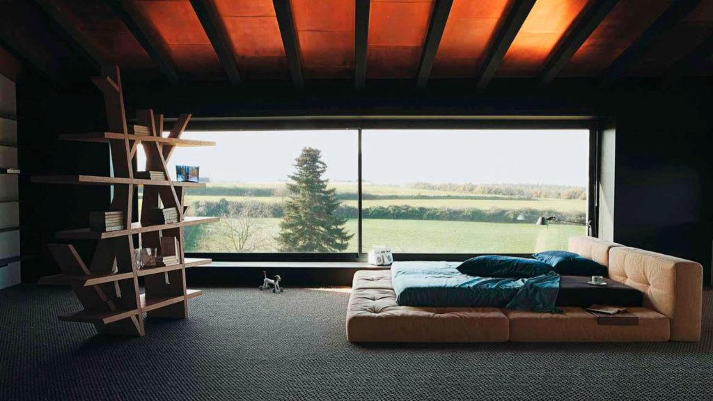 Фото кровати у окна
