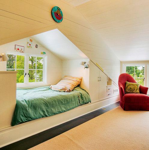 Кровать в стене у окна