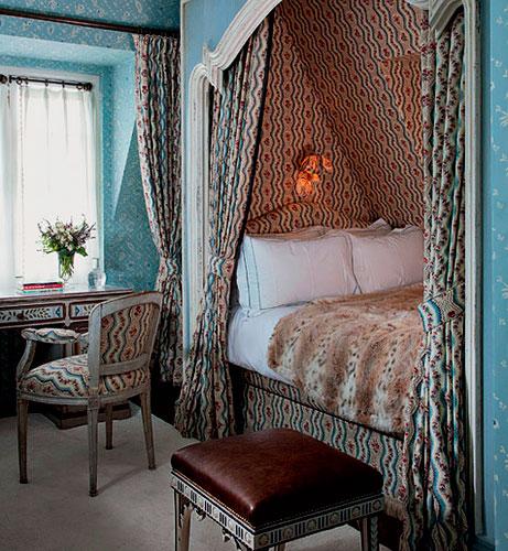 Встроенная в стену кровать в классическом интерьере спальной