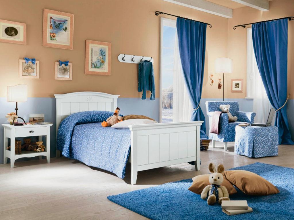 Детская кровать классической конструкции в интерьере комнаты
