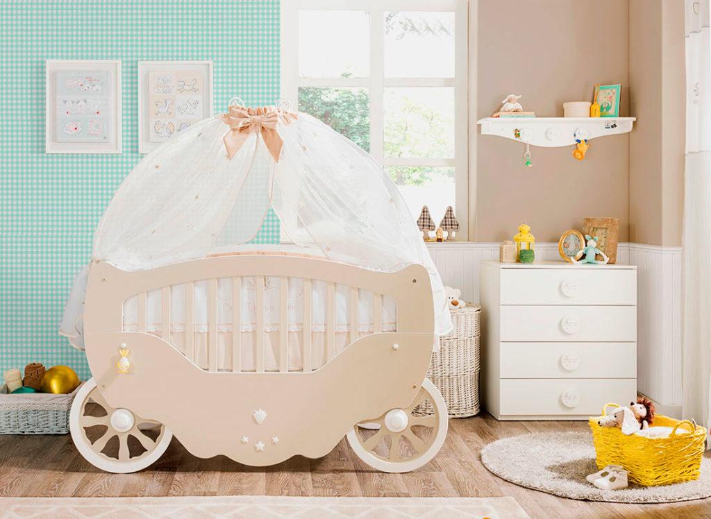 Кровать для младенца в виде кареты с балдахином