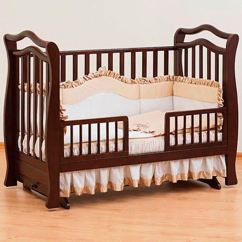 Детская кроватка из дерева со съёмными бортиками и маятниковым механизмом