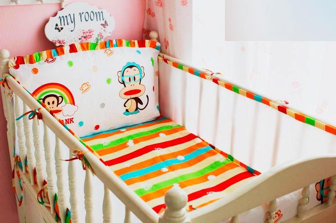 Фото спального места младенца с мягкими накладками на бортиках