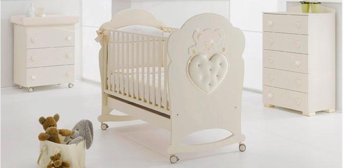 Фото детской кроватки с маятниковым механизмом качания и колесиками