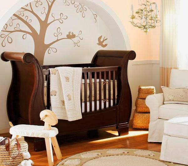 Детская кроватка для младенца из массива дерева
