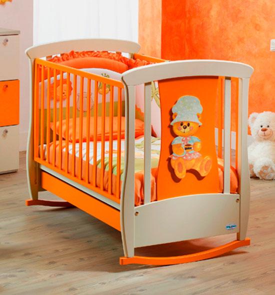 Детская качающаяся кроватка на полозьях