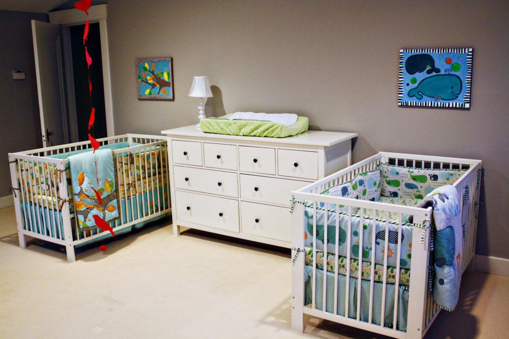 Комната с двумя детскими кроватками