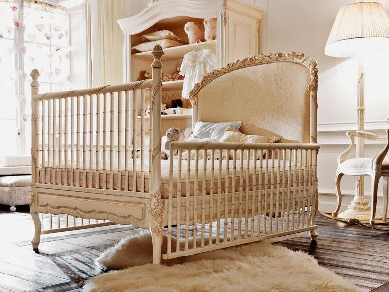 Роскошная кроватка для новорожденного ребенка в классическом стиле