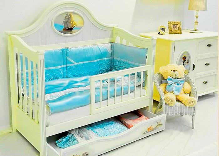 Кроватка для младенца с ортопедическим беспружинным матрасом и мягкими накладками на бортиках