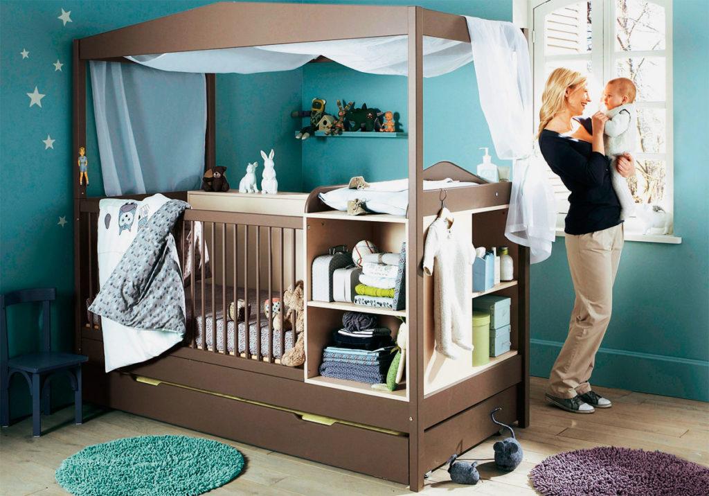 Фото кровати для новорожденного с каркасом для балдахина, пеленальным столиком и выдвижным вторым спальным местом внизу