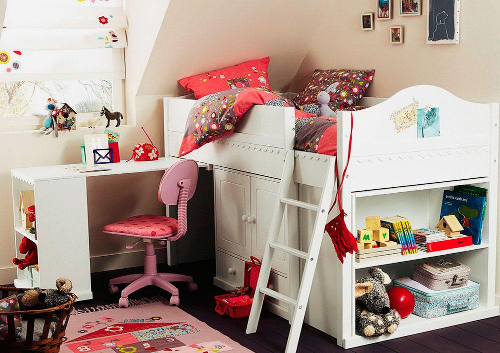 Низкая кровать-чердак со шкафом и выдвижным столов в интерьере комнаты девочки