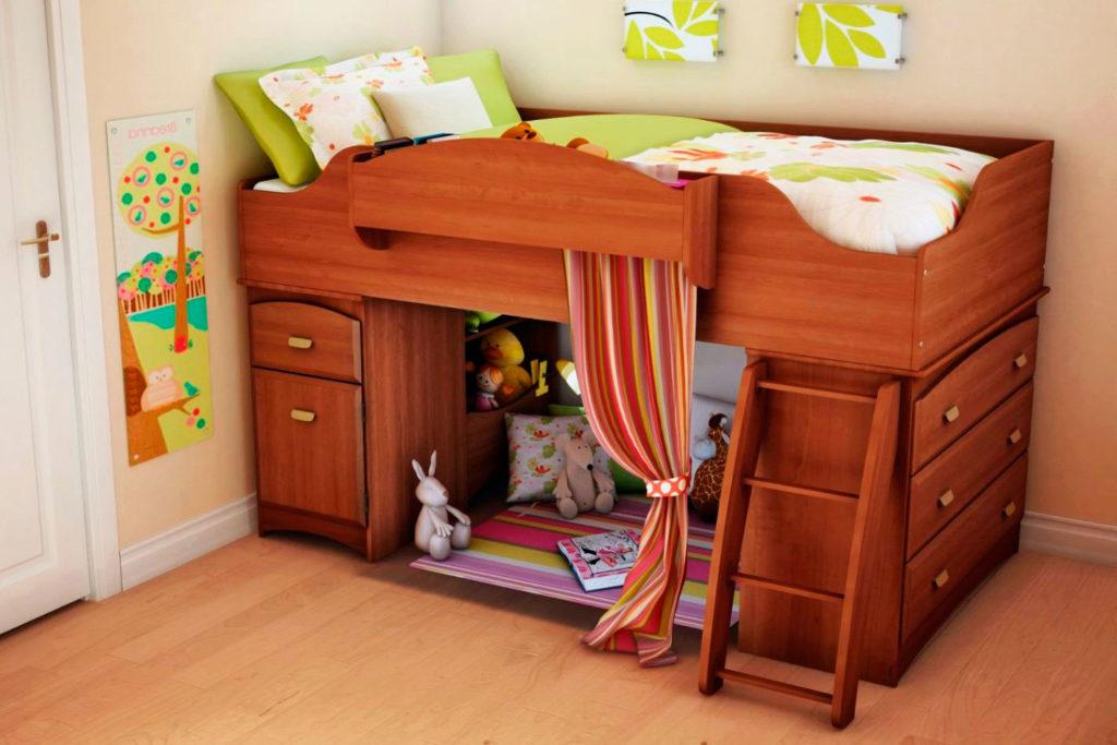 Низкая деревянная кровать-чердак для детей с игровой зоной внизу
