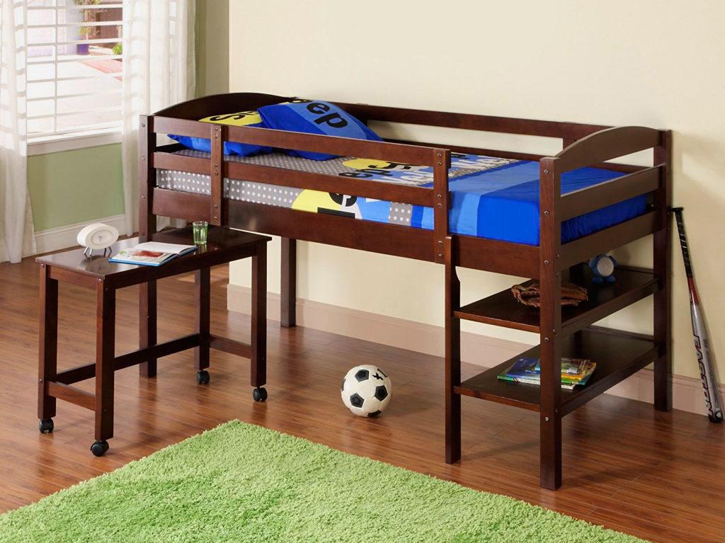 Низкая кровать-чердак с выкатным столиком и полочками