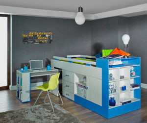 Низкая кровать-чердак с выдвижным столом в интерьере комнаты