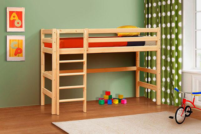 Низкая деревянная кровать чердак с прямой лестницей