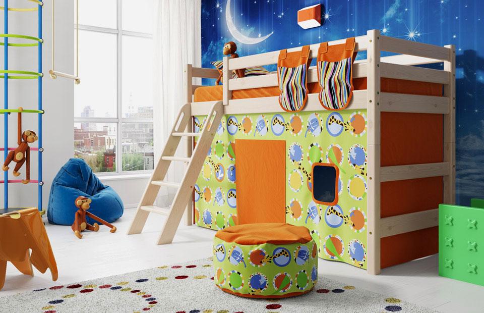 Низкая кровать-чердак с наклонной лестницей и игровой зоной внизу