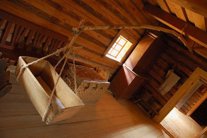 Фото деревянной подвесной колыбели в избе