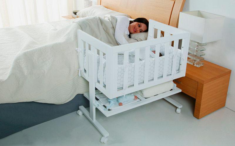 Приставная детская кроватка на колесиках