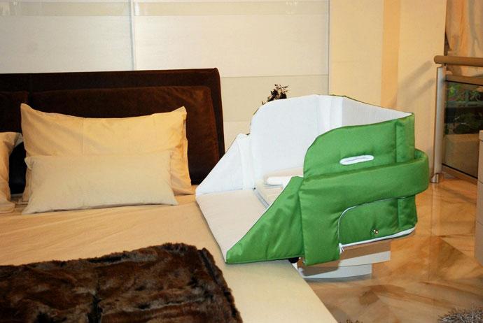 Детская кроватка с откидным бортиком
