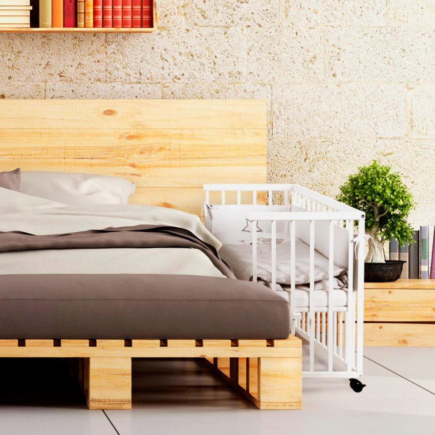 Приставная кроватка рядом со взрослой кроватью