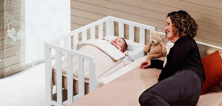 Приставная кроватка для младенца - фото в интерьере