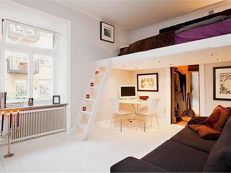 Фото комнаты со встроенной под потолком кроватью-чердаком