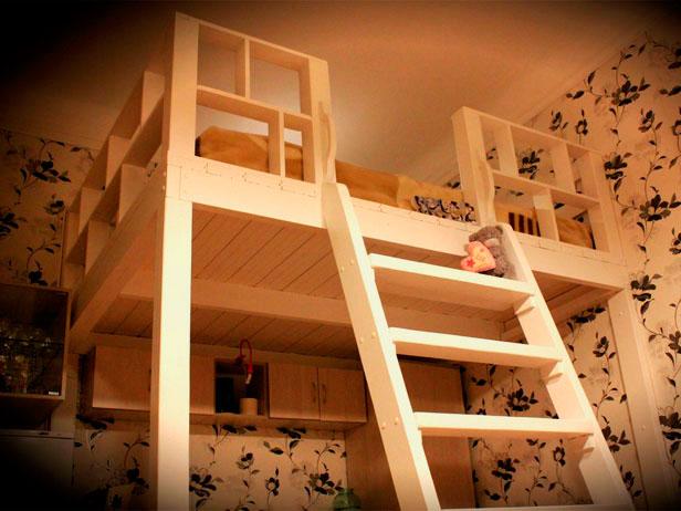 Встроенная кровать-чердак закрепленная к стене и к полу