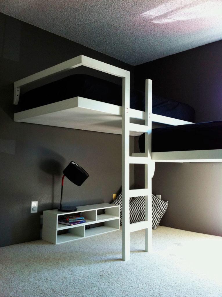 Встраиваемая кровать-чердак с прямой лестницей