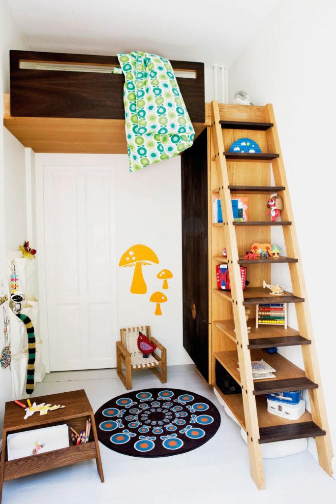 Кровать чердак установленная под потолком с наклонной лестницей с прямыми ступенями