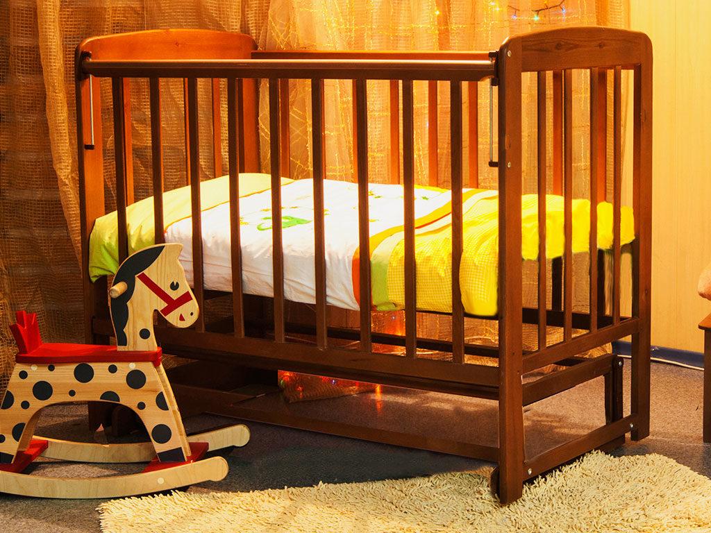 Маятниковая кровать с откидным бортиком