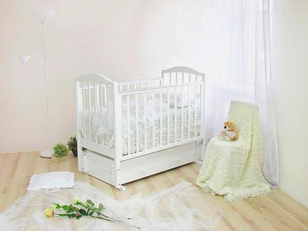 Фото интерьера детской комнаты новорожденного с маятниковой кроватью