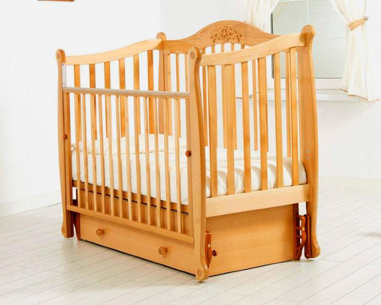Детская маятниковая кроватка с опускающимся бортиком