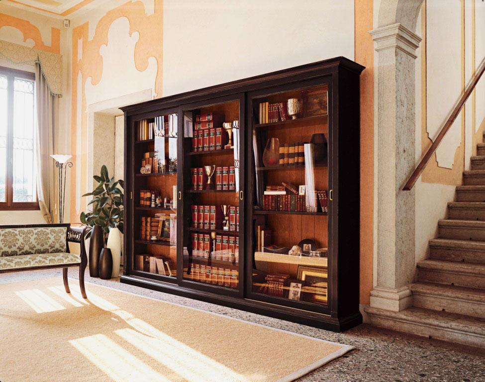 Большой деревянный шкаф для книг со стеклянными дверцами
