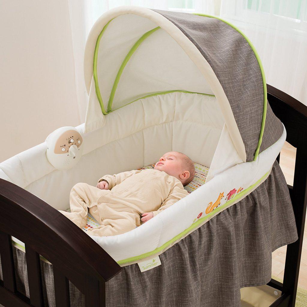 Младенец спящий в люльке