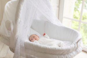 Плетеная люлька для младенца