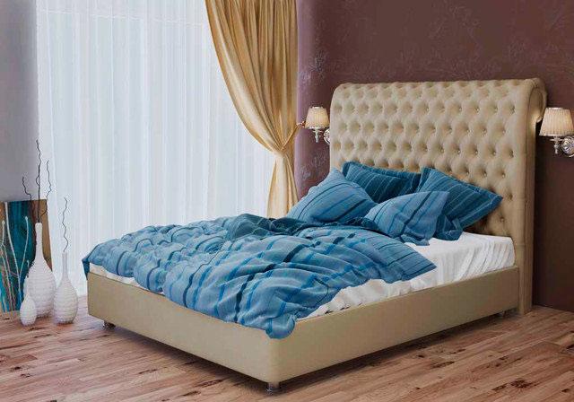 Мягкая кровать с высоким изголовьем у окна в спальной комнате