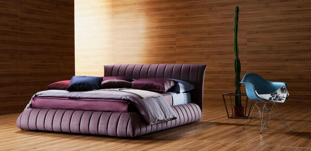 Фото мягкой кровати с тканевой отделкой