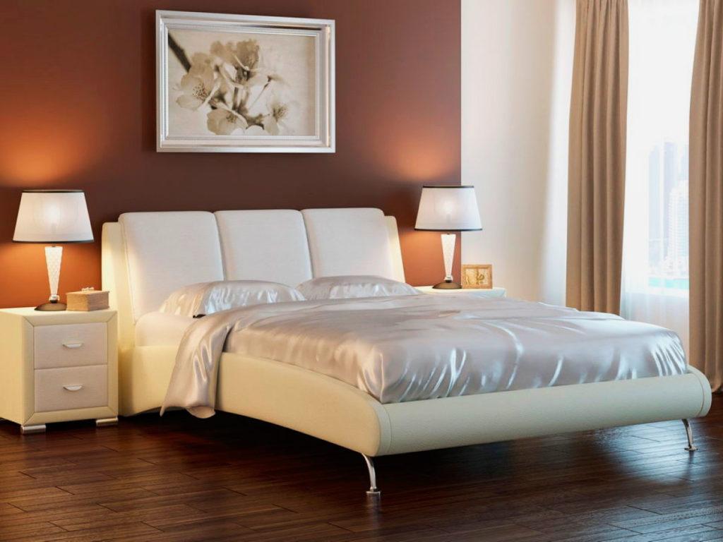 Кровать в кожаной отделке в интерьере комнаты