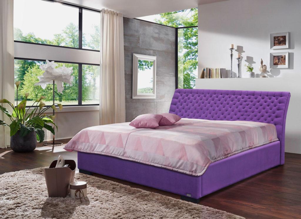 Сиреневая кутаная кровать в стильном интерьере спальной