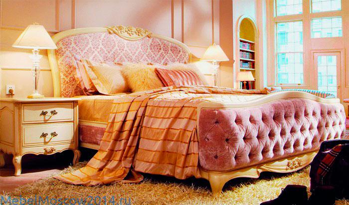 Мягкая кровать в классическом стиле с деревянным каркасом