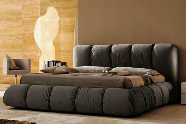 Мягкая кровать плотно набитая