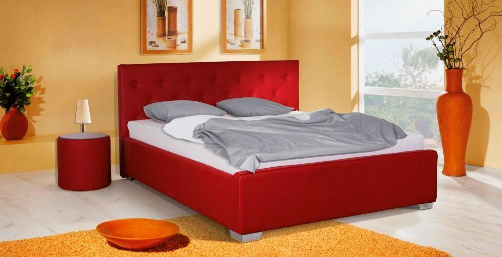 Кровать отделанная красной кожей с высоким изголовьем