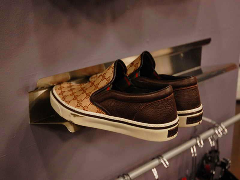 Фото пристенной полки для обуви