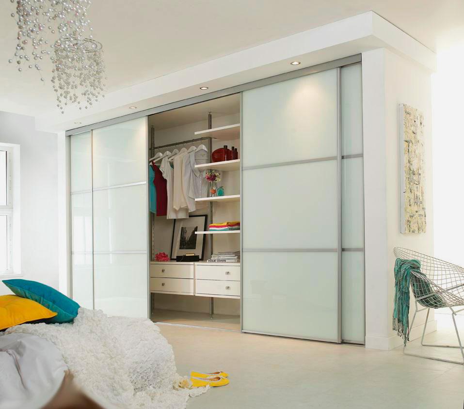 Встроенный шкаф-купе со стеклянными дверьми и подсветкой