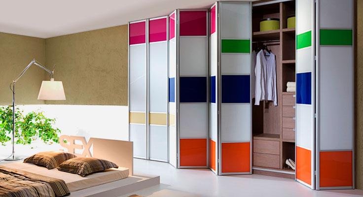 Стильный шкаф в интерьере спальной комнаты со складными дверьми