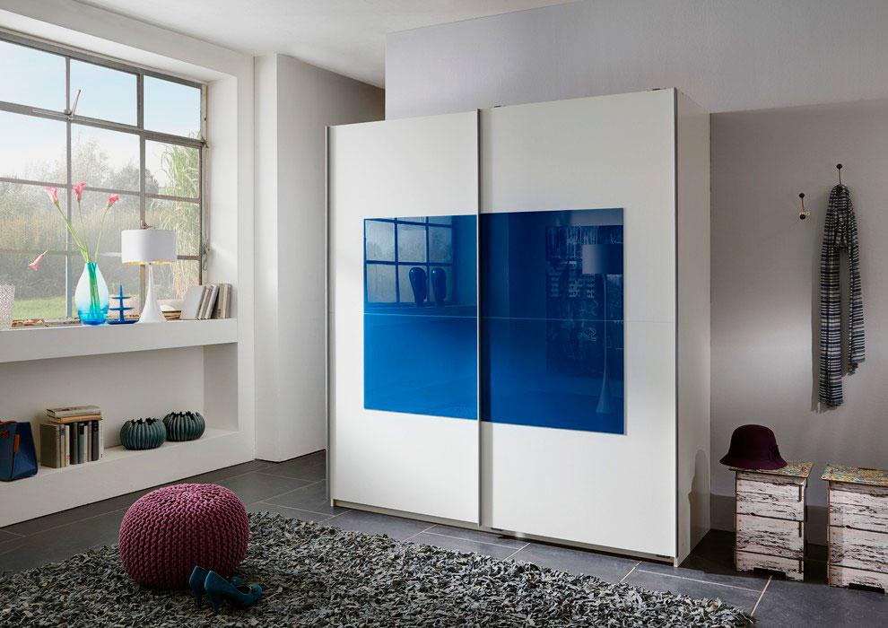 Стильный шкаф в интерьере комнаты