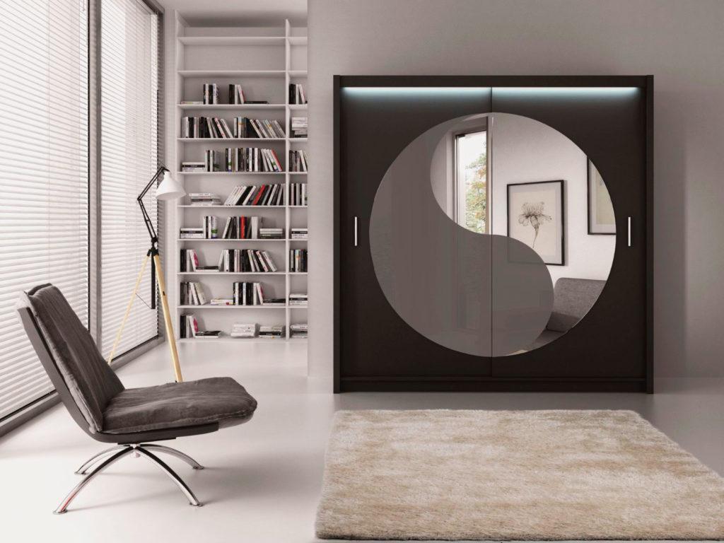 Стильный двустворчатый шкаф со стеклом и зеркалом на фасаде